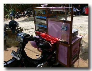 ミーバッソの屋台はバイクでひく