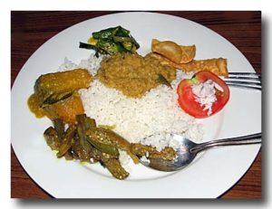 ご飯とスリランカのカレーをサーヴしたところ。