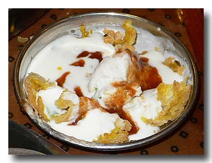 ダヒ・バラ dahi bara 豆粉ドーナツのヨーグルトがけ