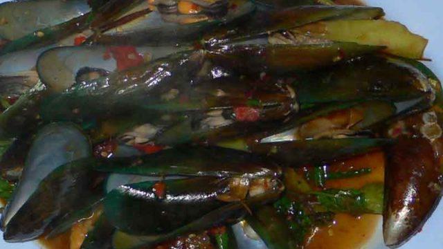 ホーイ・マレーンプー・パッ・チャ หอยแมลงภู่ผัดฉ่า [ムール貝のバジル炒め]