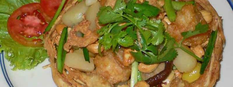 タクラー・プアック・ソン・クルアン ตะกร้าเผือกทรงเครื่อง [鶏と野菜のタロ籠のせ]