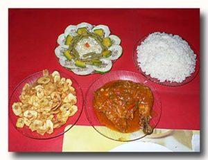 鶏肉のトマトソース,サラダ,バナナフライ シェンフエゴスの民宿の食