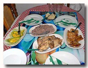 黒豆ご飯、チキン、魚などキューバの食卓