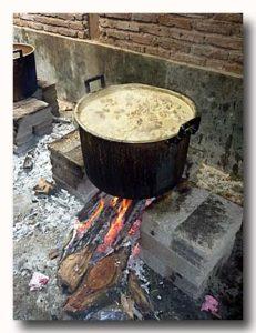 ジャックフルーツのカレーを煮込んでいる大鍋