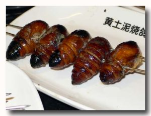 蚕の串焼き