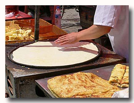 鶏蛋餅  特大タマゴパイを焼いているところ