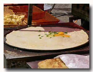 鶏蛋餅  特大タマゴパイを焼いているところ2