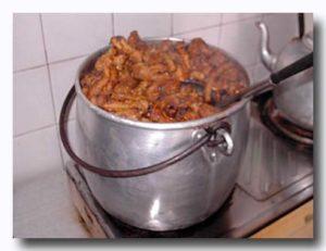 鶏足をぐつぐつ煮込んでいる鍋