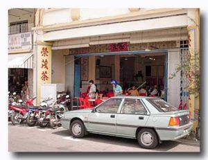 車や屋台でヤムチャしにのりつける。 マラッカ栄茂茶室