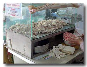 ワンタンを作る 肉を皮に包むところ