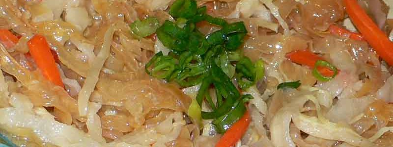 涼拌海蜇皮 iáng bàn hǎi zhē pí [クラゲの和え物]