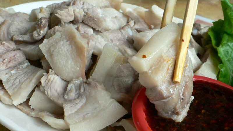 蒜泥白肉 suàn ní bái ròu [茹で豚バラ肉のにんにくソース]