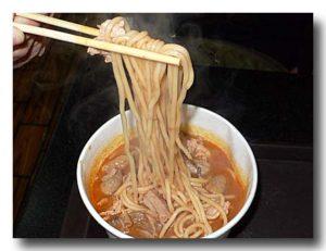 沙茶面 ピーナッツ風味汁麺を箸ですくったところ