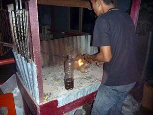 イカンバカール用の炉に火を入れる