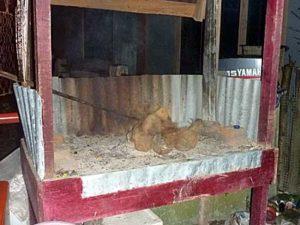 イカンバカール用の炉で火がくすぶるのをまっているところ