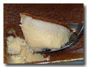 カノム・モーゲン・タロ タロイモのココナッツプリンをすくったところ