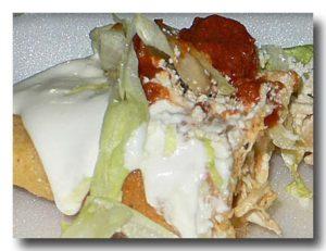 エンパナダス・デ・ポージョ 鶏肉入り揚げパンを半分にしたところ
