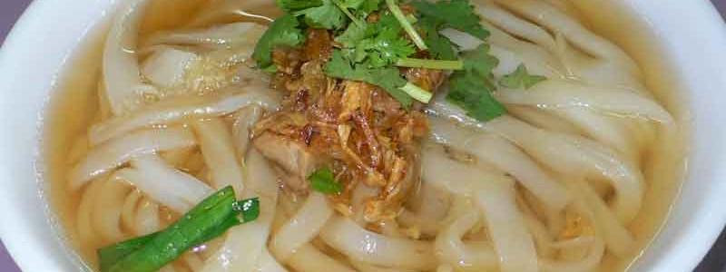客家板條 kè jiā bǎn tiáo [客家風幅広米麺]