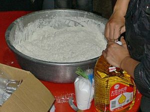餅用の米粉をボウルに開ける
