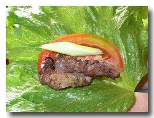 石板山猪肉 豚肉の石板焼きを葉っぱで包んで食べる