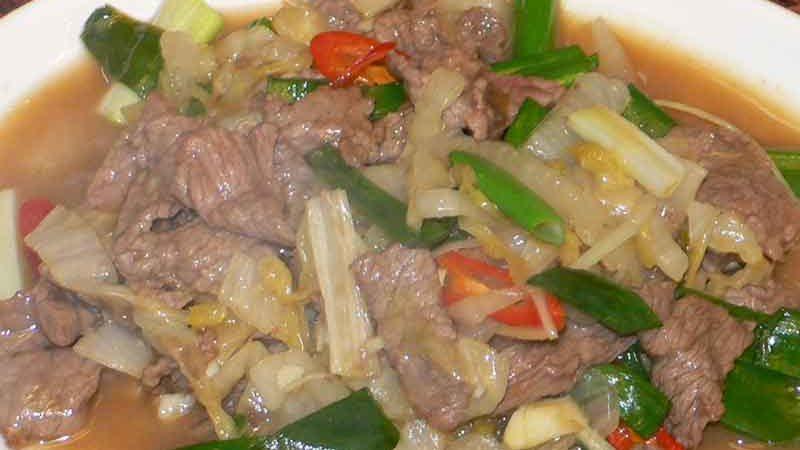 酸白牛肉 suān bái niú ròu [白菜の漬物と牛肉炒め]