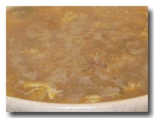 砂鍋鮭魚頭 [鮭の頭鍋] の溶き卵とご飯をいれてにこんでいるところ