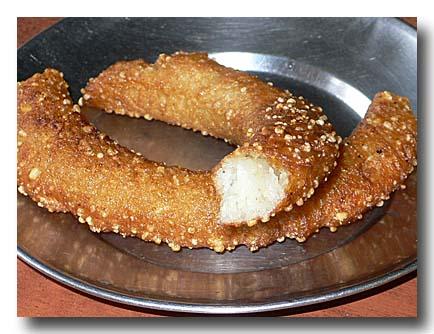 セル・ロティ ネパール風米粉ドーナツ 割ったところ