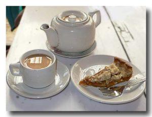 アップルクランブルケーキとミルクティー
