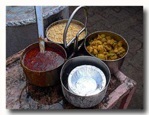 サブジ野菜煮込みとアチャールがはいったつり下げ式の器