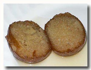グラブ・ジャムーン インド風ドーナツのシロップ漬けを割ったところ