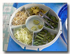カノムチンの付け合わせの野菜盛り合わせ