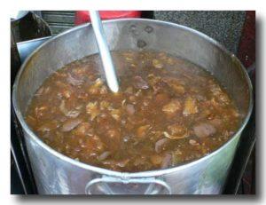 カポップラーナムデーン 魚の浮き袋のあんかけスープを煮込んでいる寸胴鍋