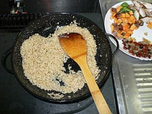 玄米をパエリヤ鍋で炒める