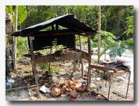 イカンバカールを作るための焼き場。ココナッツの殻で焼く