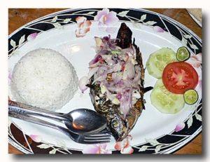 イカンバカールとナシプティ 焼き魚定食 インドネシア