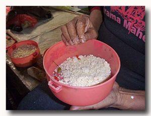 ケイ・クチル島 トゥアルの市場でエンバルを食べていたおばさんの弁当箱
