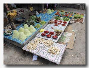 ケイ・クチル島の市場。野菜うり。