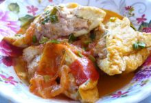 ダウフーヨンティソットカーチュア 揚げ豆腐の肉詰めトマトソース煮
