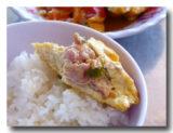 揚げ豆腐の肉詰めトマトソース煮をご飯と食べる