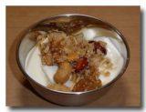 サンド・パンジェリ ジャンムーのナッツ菓子をヨーグルトと食べる