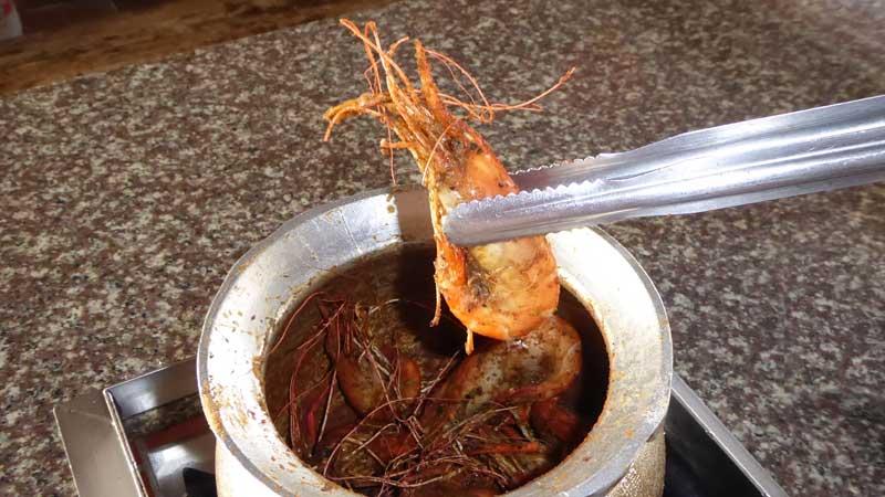 胡椒蝦を壺から取り出したところ